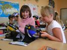 Děti ze základní školy se radují z cyklistických helem