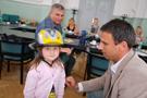 Hejtman Mgr. Jiří Zimola předává dětem cyklistické helmy